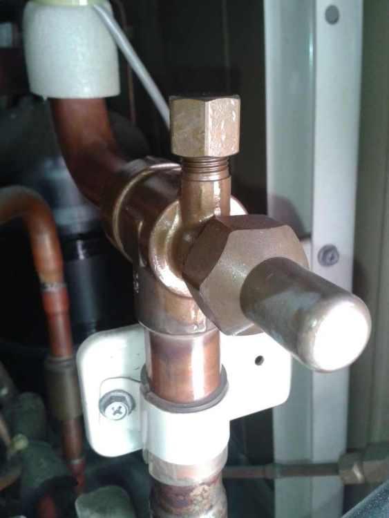 Únik chladiva mastný ventilek
